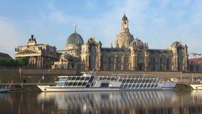 Κρουαζιερόπλοιο στο υπόβαθρο της ακαδημίας των τεχνών Δρέσδη Γερμανία απόθεμα βίντεο