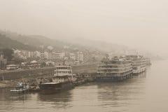 Κρουαζιερόπλοια ποταμών Yangtze που ελλιμενίζονται ανάμεσα στη βαριά ρύπανση στην Κίνα Στοκ εικόνες με δικαίωμα ελεύθερης χρήσης