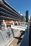 Κρουαζιερόπλοιο και πόλη Στοκ εικόνα με δικαίωμα ελεύθερης χρήσης