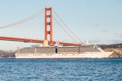 Κρουαζιερόπλοιο και χρυσή γέφυρα πυλών Στοκ φωτογραφία με δικαίωμα ελεύθερης χρήσης