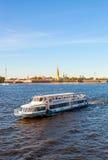 Κρουαζιερόπλοιο ποταμών που πλέει με τον ποταμό Neva στη Αγία Πετρούπολη, Ρ Στοκ Εικόνες
