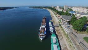 Κρουαζιερόπλοιο που ελλιμενίζει σε έναν λιμένα Δούναβη φιλμ μικρού μήκους