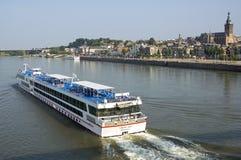Κρουαζιερόπλοιο που περνά την πόλη Nijmegen οριζόντων Στοκ εικόνα με δικαίωμα ελεύθερης χρήσης