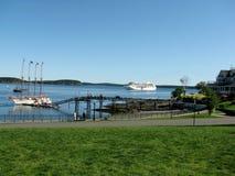Κρουαζιερόπλοιο που πλέει προς το λιμάνι ΗΠΑ φραγμών Στοκ Φωτογραφίες