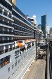 Κρουαζιερόπλοιο που σχετίζεται μέχρι την αποβάθρα Στοκ φωτογραφία με δικαίωμα ελεύθερης χρήσης