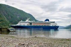 Κρουαζιερόπλοιο πολυτέλειας που πλέει από τα βουνά της Νορβηγίας λιμένων στο υπόβαθρο Στοκ Εικόνες