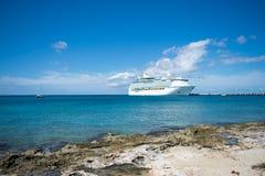 Κρουαζιερόπλοιο στην αποβάθρα στα νησιά Καραϊβικής Στοκ Φωτογραφίες