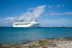 Κρουαζιερόπλοιο στην αποβάθρα στα νησιά Καραϊβικής Στοκ εικόνα με δικαίωμα ελεύθερης χρήσης