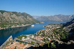 Κρουαζιερόπλοιο στον κόλπο Kotor, Μαυροβούνιο Στοκ εικόνα με δικαίωμα ελεύθερης χρήσης