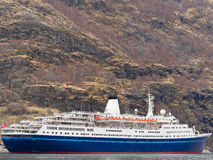 Κρουαζιερόπλοιο στο νορβηγικό φιορδ Στοκ Φωτογραφίες