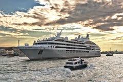 Κρουαζιερόπλοιο Ponant και βάρκες στην ενετική λιμνοθάλασσα Στοκ Εικόνα