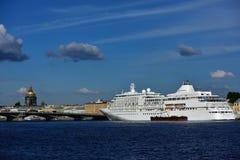 Κρουαζιερόπλοιο Silver Whisper στη Αγία Πετρούπολη, Ρωσία Στοκ εικόνα με δικαίωμα ελεύθερης χρήσης