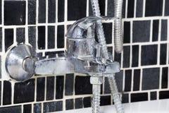Κρουνός στροφίγγων στο bathtup στο λουτρό Στοκ Φωτογραφίες