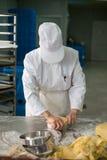 Κρούστα πιτών Kneeding αρχιμαγείρων ζύμης Στοκ φωτογραφία με δικαίωμα ελεύθερης χρήσης