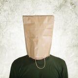 Κρυμμένος πίσω από την τσάντα εγγράφου στοκ φωτογραφία με δικαίωμα ελεύθερης χρήσης