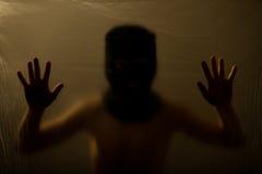 Κρυμμένο παιδί με το καλυμμένο πρόσωπο σχετικά με την επιφάνεια Στοκ φωτογραφία με δικαίωμα ελεύθερης χρήσης