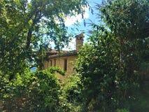 Κρυμμένο σπίτι, δάσος και εξερεύνηση στοκ εικόνα με δικαίωμα ελεύθερης χρήσης