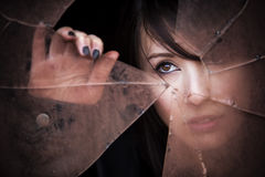 Κρυφοκοιτάζοντας γυναίκα Στοκ Εικόνα