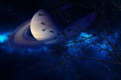 Κρόνος κοντά στη γη ξηρό δέντρο σκιαγραφιών νυχτερινού ουρανού στο πίσω Στοκ φωτογραφία με δικαίωμα ελεύθερης χρήσης