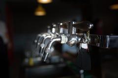 Κρύα βρύση μπύρας κινηματογραφήσεων σε πρώτο πλάνο στο μπαρ στοκ φωτογραφία με δικαίωμα ελεύθερης χρήσης