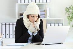 Κρύα εκτελεστική εργασία με μια αποτυχία θερμαστρών το χειμώνα στοκ φωτογραφία με δικαίωμα ελεύθερης χρήσης