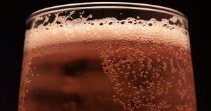 Κρύα ελαφριά μπύρα σε ένα γυαλί με τις πτώσεις νερού Στενή επάνω περιστροφή μπύρας τεχνών απόθεμα βίντεο