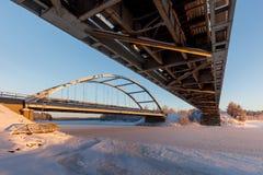 Κρύα ημέρα κάτω από μια γέφυρα σιδηροδρόμου Στοκ Φωτογραφία