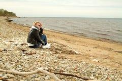 Κρύα θάλασσα κοριτσιών Στοκ Φωτογραφίες