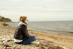 Κρύα θάλασσα κοριτσιών Στοκ Εικόνες