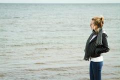 Κρύα θάλασσα κοριτσιών Στοκ φωτογραφία με δικαίωμα ελεύθερης χρήσης