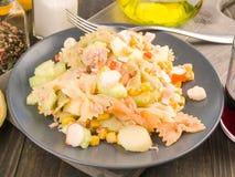 Κρύα θερινή σαλάτα πιάτων σε ξύλινο Στοκ φωτογραφία με δικαίωμα ελεύθερης χρήσης