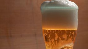 Κρύα κούπα της μπύρας σε έναν φραγμό απόθεμα βίντεο