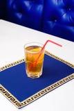 Κρύα πορτοκαλιά λεμονάδα στο γυαλί με μια φέτα του λεμονιού στοκ φωτογραφίες