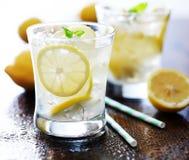 Κρύα ποτήρια της φρέσκιας λεμονάδας στοκ φωτογραφίες