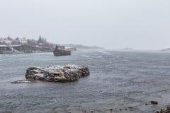 Κρύα πτώση ισχυρής χιονόπτωσης αιτιών χειμερινής χιονοθύελλας στα νησιά ποταμών Στοκ Εικόνες