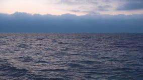 Κρύα σκληρά νερά της Βόρεια Θάλασσας, σκάφη στην απόσταση φιλμ μικρού μήκους