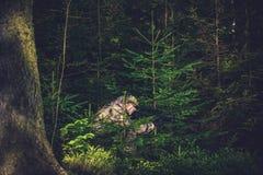 Κρύβοντας λαθροκυνηγός στο βαθύ δάσος Στοκ Εικόνες