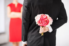 Κρύβοντας ανθοδέσμη ατόμων των λουλουδιών Στοκ Φωτογραφία