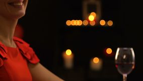 Κρύβοντας δώρο ατόμων στη φίλη πίσω από την πλάτη, έκπληξη, ρομαντική ημερομηνία στο εστιατόριο απόθεμα βίντεο