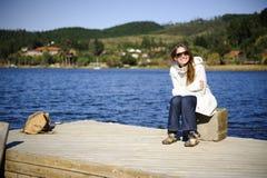 κρύες νεολαίες γυναικών αποβαθρών πρωινού Στοκ φωτογραφίες με δικαίωμα ελεύθερης χρήσης