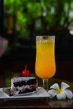 Κρύοι υγροί χυμός από πορτοκάλι και αρτοποιείο στοκ εικόνα με δικαίωμα ελεύθερης χρήσης