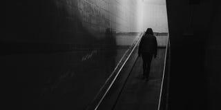 Κρύος ενήλικος περίπατος ατόμων μάταιος επάνω η κεκλιμένη ράμπα στοκ φωτογραφίες