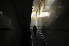 Κρύος ενήλικος περίπατος ατόμων μάταιος επάνω η κεκλιμένη ράμπα στοκ εικόνες