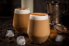 Κρύος καφές latte με το γάλα, τον πάγο και την κανέλα Στοκ φωτογραφία με δικαίωμα ελεύθερης χρήσης