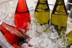 κρύος πάγος ποτών μπουκαλιών μπύρας ανασκόπησης Στοκ Φωτογραφίες