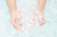κρύος πάγος χεριών στοκ φωτογραφία
