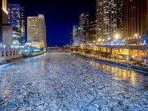 Κρύος σκληρός ποταμός του Σικάγου - πάγος το χειμώνα Στοκ Φωτογραφία