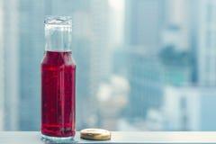 Κρύος χυμός ροδιών στα μπουκάλια απέναντι από τη μητρόπολη στοκ εικόνα