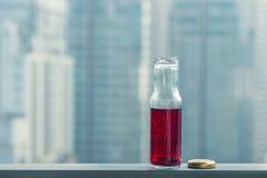 Κρύος χυμός ροδιών στα μπουκάλια απέναντι από τη μητρόπολη στοκ φωτογραφίες με δικαίωμα ελεύθερης χρήσης