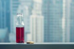 Κρύος χυμός ροδιών στα μπουκάλια απέναντι από τη μητρόπολη στοκ εικόνες με δικαίωμα ελεύθερης χρήσης